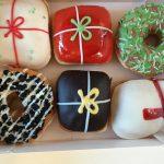 クリスマス仕様のクリスピークリームドーナッツ、ちょっと甘すぎるんですが、見た目がキレイなのはいいですね。