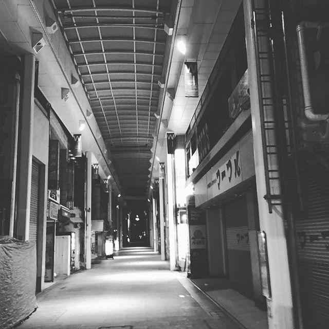早朝のダイヤ街。誰もいないと思ったら、もう小ざさに並んでいる人がいました。 - Instagramより